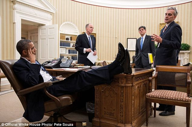 obama-nogi-na-stole-2