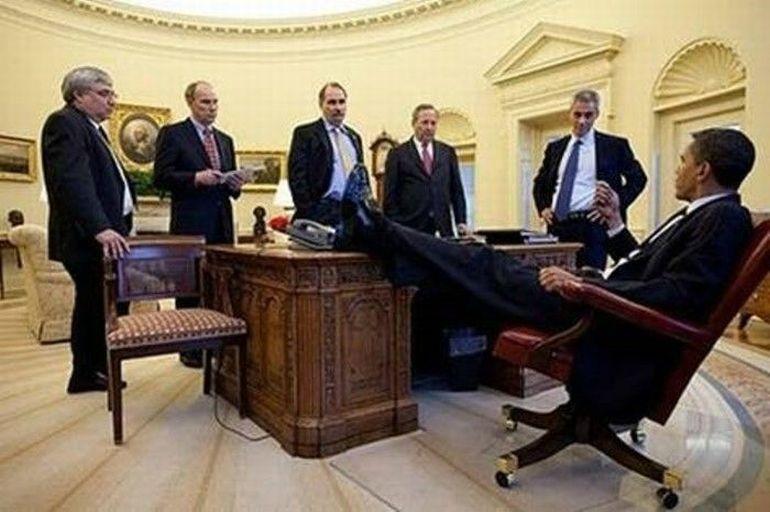 obama-nogi-na-stole-4