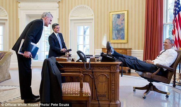 obama-nogi-na-stole-5
