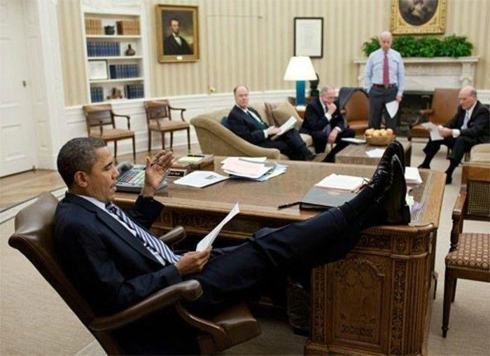 obama-nogi-na-stole-6