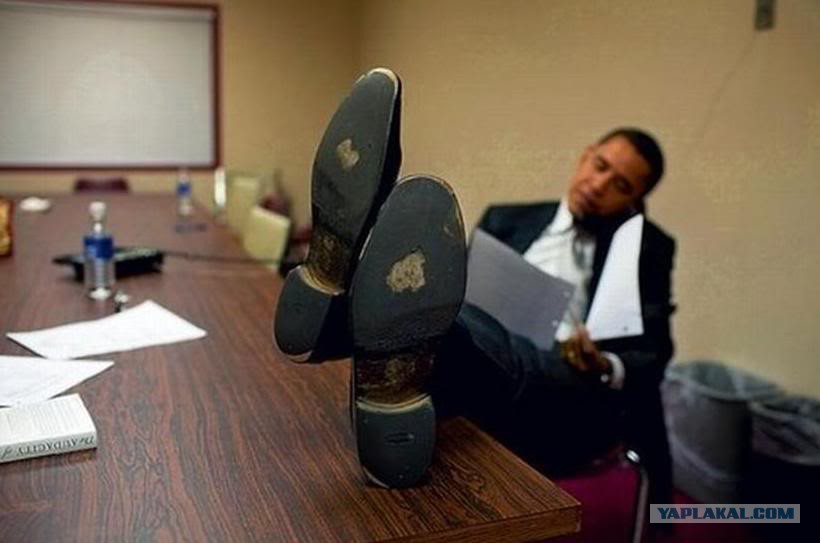 obama-nogi-na-stole